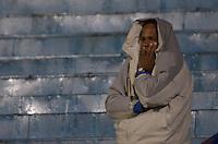 SÃO CAETANO DO SUL, SP, 05.11.2013 - CAMPEONATO BRASILEIRO SÉRIE B - SÃO CAETANO x AMÉRICA (MG): Torcida o São Caetano se protege da garoa durante partida São Caetano x América (MG), válida pela 34ª rodada do Campeonato Brasileiro de 2013 Série B, disputada no estádio Anacleto Campanela em São Caetano do Sul. Foto: Levi Bianco - Brazil Photo Press