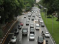 ATENCAO EDITOR: FOTO EMBARGADA PARA VEICULO INTERNACIONAL - SAO PAULO, SP, 14 DEZEMBRO 2012 - TRANSITO EM SAO PAULO -  Chuva e excesso de carros deixa o transito engarrafado na 23 de maio nesse inicio de noite no sentido zona norte na regiao do viaduto da rua Pedroso na Liberdade zona central da capital paulista nessa sexta, 14. (FOTO: LEVY RIBEIRO / BRAZIL PHOTO PRESS)..