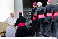 Papa Francesco saluta i vescovi in Piazza San Pietro al termine della Udienza Generale.