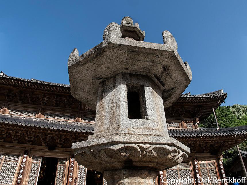 Steinlaterne, buddhistischer Hwaeomsa Tempel in Jirisan Nationalpark, Provinz Jeollanam-do, Südkorea, Asien