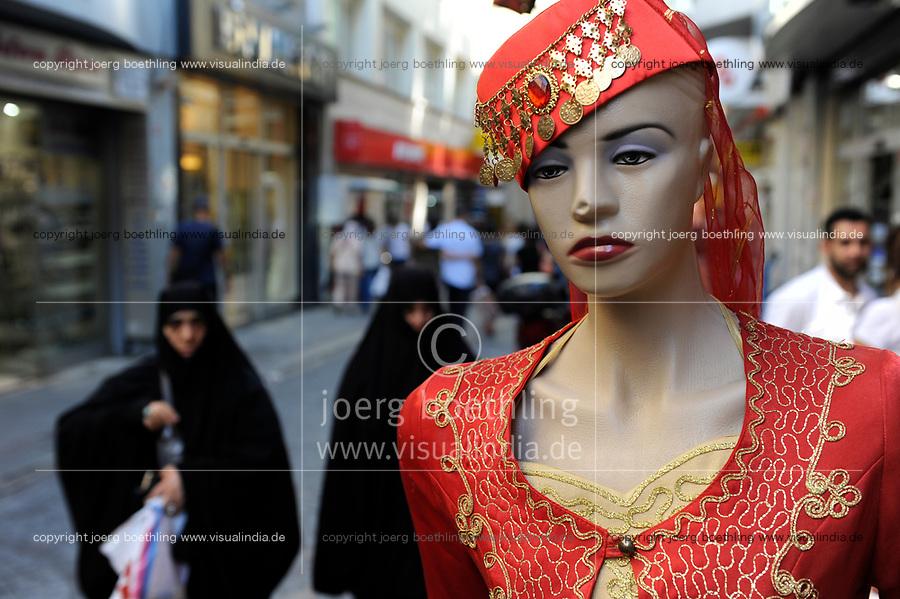 TURKEY Istanbul, two full veiled muslim women and mannequin doll in bazar in Sultanahmet  / Tuerkei Istanbul, zwei vollverschleierte Frauen und Schaufensterpuppe im Basarviertel Sultanahmet