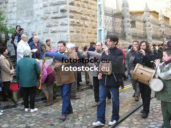 parade of mallorquean musicians with bagpipes, flutes, and drums during the Saint Antony's Day<br /> <br /> desfile de m&uacute;sicos mallorquines con gaitas, flautas y tambores durante la fiesta de San Antonio (cat.: Sant Antoni)<br /> <br /> Umzug mallorquinischer Musiker mit Dudelsack, Fl&ouml;ten und Trommel w&auml;hrend der Feiern zu Ehren des Heiligen Antonius<br /> <br /> 2272 x 1704 px<br /> 150 dpi: 38,47 x 28,85 cm<br /> 300 dpi: 19,24 x 14,43 cm
