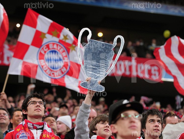 FUSSBALL  International  Champions League  Hinspiel SAISON 2009/2010    FC Bayern  Muenchen - Olympique Lyon  FC Bayern Fans mit einem CHL Pokal