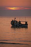 France/Corse/Corse-du-Sud/2A/Verghia: Coucher de soleil et bateau de pêche sur le golfe d'Ajaccio