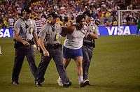 WASHINGTON, USA, 30 MAIO 2012 - AMISTOSO USA X BRA - Homem é retirado de campo por policiais após invadir o gramado durante a partida entre Estados Unidos e Brasil, realizada no FedEx Field, em Washington, nesta quarta-feira. FOTO: LUCIANA LEMMI - BRAZIL PHOTO PRESS.
