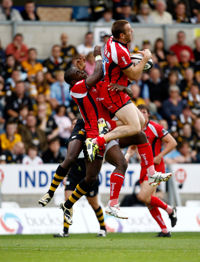 Photo: Richard Lane/Richard Lane Photography.London Wasps v Worcester Warriors. Guinness Premiership. 20/09/2009. Warriors' Chris Latham wins a high ball.