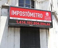 SAO PAULO, SP, 10 DEZEMBRO 2012 - IMPOSTOMETRO -  O impostometro atingiu no dia 7 de dezembro a marca de 1,4 trilhao de reais seis dias antes do que em 2011 a marca esta no painel da Associacao Comercial de SP na Se regiao central da cidade nessa segunda, 10. (FOTO: LEVY RIBEIRO / BRAZIL PHOTO PRESS)