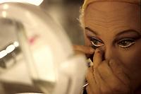 Le personificateur feminin Jean Guilda se transformant en GUILDA, 1997.<br /> <br /> Guilda, aussi connu sous le nom de Jean Guilda (né Jean Guida de Mortellaro, à Paris, le 21 juin 1924, et mort à Montréal, le 27 juin 2012 à l'âge de 88 ans, est un artiste travesti  qui a fait carrière en France et au Québec. Il est surtout connu pour ses spectacles humoristiques, de cabaret où, vêtu de toilettes féminines extravagantes, il imitait parfaitement l'une ou l'autre des femmes-types de ce milieu — les Marlene Dietrich, Rita Hayworth, Mistinguett, Édith Piaf et autres Marilyn Monroe, Bette Davis, Lucille Ball… — jusque dans le maquillage, les gestes, la démarche, la parole et le chant.<br /> <br /> PHOTO  EXCLUSIVE :  Agence Quebec Presse