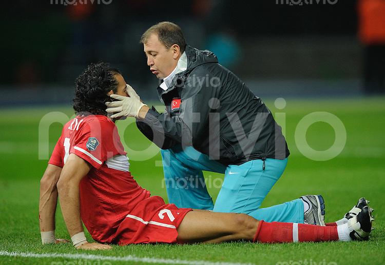 Fussball Euro 2012 Qualifikation  Deutschland - Tuerkei Servet CETIN (TUR) wird vom Mannschaftsarzt behandelt.