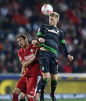 FUSSBALL   1. BUNDESLIGA   SAISON 2012/2013  5. SPIELTAG  26.09.2012 SC Freiburg - SV Werder Bremen Aaron Hunt (re, SV Werder Bremen) gegen Julian Schuster (SC Freiburg)