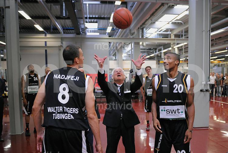 Basketball  1. Bundesliga  2009/2010   03.09.09 Walter Tigers Tuebingen   Hochball  bei der Teamvorstellung bei Hauptsponsor Walter AG: Walter AG Vorstandsvorsitzender Peter Witteczek (Mitte) und Alexandar Nadjfeji  (li) und  Darryl Hudson (re)