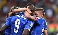 FUSSBALL WM 2014  VORRUNDE    Gruppe D     England - Italien                         14.06.2014 Mario Balotelli (li, Italien) wird nach seinem Tor zum 1:2 bejubelt. Engster Gratulant ist Marco Verratti (li)