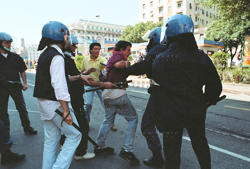 - Genova G8 2001, manifestazioni contro il summit. Alessandro Perugini, vice capo Digos di Genova, colpisce un dimostrante minorenne in via Barabino...- Genoa G8 2001, Demonstration against the summit. Alessandro Perugini, vice haed of Digos department of Genoa, hits an underage dimonstrant in Barabino Street.