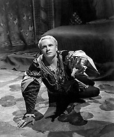 Hamlet (1948) <br /> Laurence Olivier<br /> *Filmstill - Editorial Use Only*<br /> CAP/MFS<br /> Image supplied by Capital Pictures