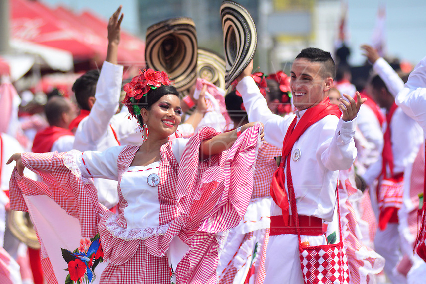 BARRANQUILLA - COLOMBIA, 02-03-2019: Artistas bailan durante el desfile Batalla de Flores del Carnaval de Barranquilla 2019, patrimonio inmaterial de la humanidad, que se lleva a cabo entre el 2 y el 5 de marzo de 2019 en la ciudad de Barranquilla. / Artists with a traditional custom perform during the Batalla de las Flores as part of the Barranquilla Carnival 2019, intangible heritage of mankind, that be held between March 2 to 5, 2019, at Barranquilla city. Photo: VizzorImage / Alfonso Cervantes / Cont.