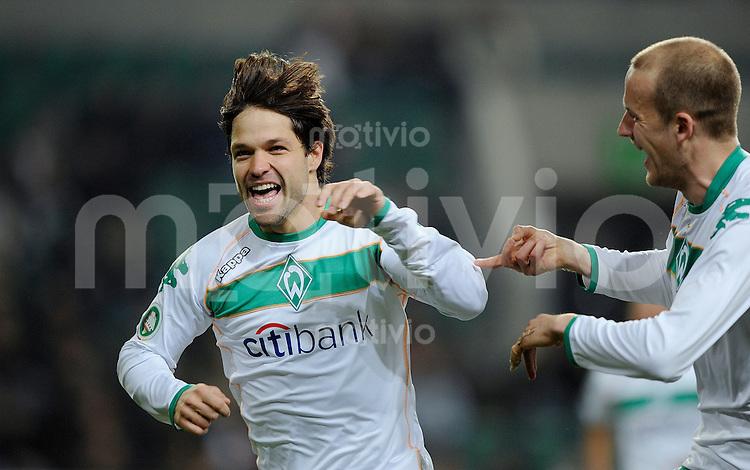 Fussball DFB-Pokal Saison 2008/2009 VFL Wolfsburg - SV Werder Bremen DIEGO (l) jubelt mit Petri PASANEN (Werder) zum 1:0.