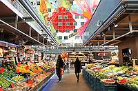 Rotterdam- De Markthal te Rotterdam is een woon- en winkelgebouw met inpandige markthal, gesitueerd bij Blaak. De opening vond plaats op 1 oktober 2014 . Groentekramen