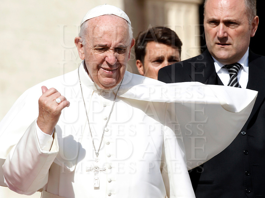 Papa Francesco al termine dell'udienza generale del mercoledi' in Piazza San Pietro, Citta' del Vaticano, 7 ottobre 2015.<br /> Pope Francis leaves at the end of his weekly general audience in St. Peter's Square at the Vatican, 7 October 2015.<br /> UPDATE IMAGES PRESS/Isabella Bonotto<br /> <br /> STRICTLY ONLY FOR EDITORIAL USE