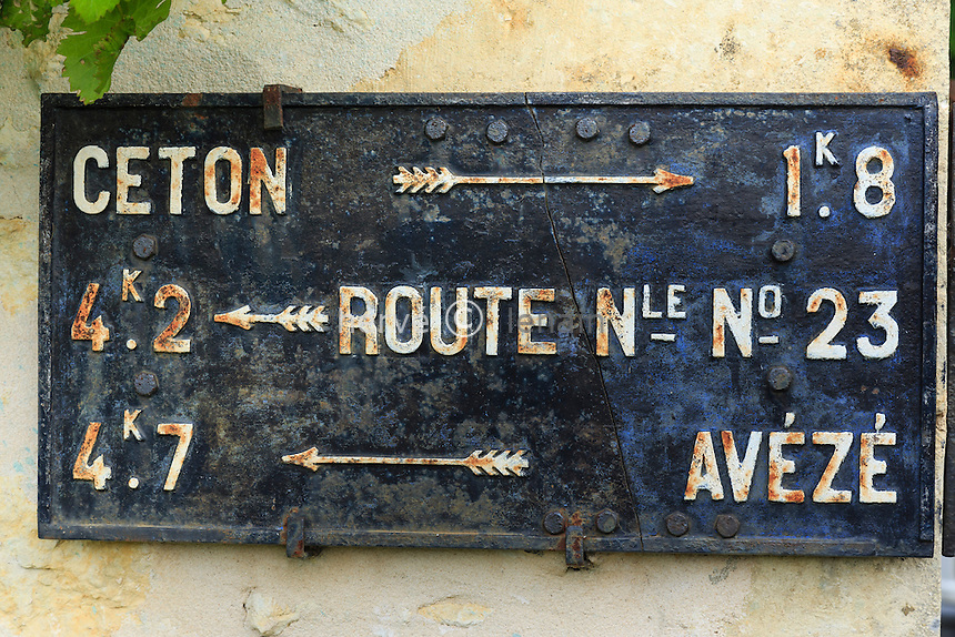 France, Orne (61), Ceton, ancien  panneau routier toujours en usage // France, Orne, Ceton, old road sign still in use
