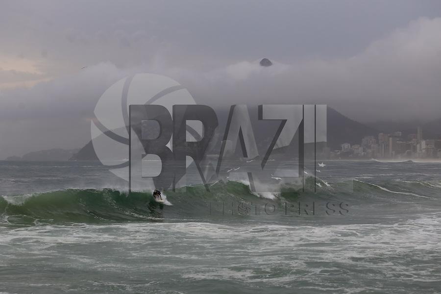 RIO DE JANEIRO, RJ, 25.08.2015 - CLIMA-RJ - surfista é visto em mar agitado na praia de Ipanema, zona sul da cidade do Rio de Janeiro, nesta terça-feira, 25. (Foto: Gustavo Serebrenick/Brazil Photo Press)
