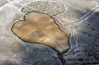 Herz in spanischer Landschaft: SPANIEN, KASTILIEN LA MANCHA, 02.07.2018: Herz in spanischer Landschaft.  Landschaft der Provinz Kastilien-La Mancha (spanisch Castilla-La Mancha, offiziell Comunidad Autónoma de Castilla-La Mancha) ist eine spanische Autonome Gemeinschaft. Ein Bauer hat seine Felder wie ein Herz geformt.