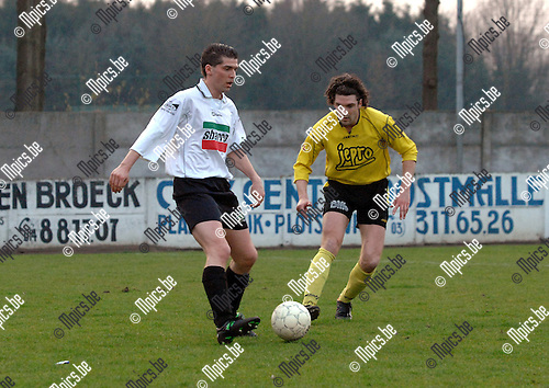 2007-03-31 / KFC Lille - KFC Zwarte Leeuw: Xavier Geypen van Lilli (rechts) kijkt toe hoe Steven Goos van Zwarte Leeuw de bal controleert
