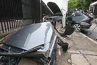 FOTO EMBARGADA PARA VEICULOS INTERNACIONAIS. SAO PAULO, SP, 10-11-2012, ACIDENTE AV NACOES UNIDAS..Um veiculo colidiu contra um poste na Av Nacoes Unidas altura da Rua Verbo Divino na madrugada desse Sabado (10). Segundo informacoes uma pessoa ficou gravemente ferida e foi socorrida pelos bombeiros. Luiz Guarnieri/ Brazil Photo Press
