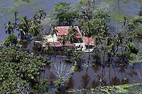 BOG17. SAN BENITO (COLOMBIA), 20/05/2011.- Vista aérea de la zona afectada por las inundaciones hoy, viernes 20 de mayo de 2011, debido a las permanentes lluvias en San Benito, norte de Colombia. La cifra de muertos por las lluvias que afectan a Colombia, desde abril de 2010, llegó a 452 y la de afectados a 3,4 millones, en 1.030 de los 1.120 municipios del país, reveló el Gobierno. EFE/MAURICIO DUEÑAS