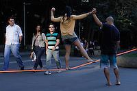 2012.07.09 - NA CORDA BAMBA - JOVENS TREINAM EMPLENA AV.PAULISTA - Um grupo de jovens treinam na tarde desta segunda-feira(09), andar em corda bamba em São Paulo. (Fotos: Amauri Nehn/Brazil Photo Press)
