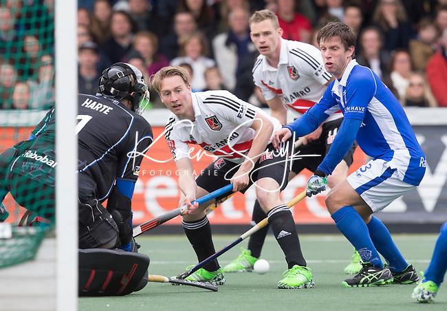 AMSTELVEEN -  Sjoerd de Wert van Kampong (r) en Max Sweering zien de bal voor keeper David Harte van Kampong langs gaan   tijdens de tweede halve finalewedstrijd in de Play offs tussen Amsterdam en  Kampong . Zondag volgt een beslissingswedstrijd. COPYRIGHT KOEN SUYK