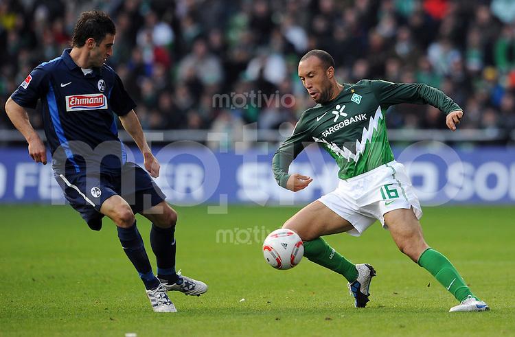 FUSSBALL   1. BUNDESLIGA   SAISON 2010/2011   8. SPIELTAG SV Werder Bremen - SC Freiburg                            16.10.2010 Maximilian NICU (li, Freiburg) gegen Mikael SILVESTRE (re, Bremen)