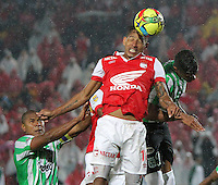 BOGOTA -COLOMBIA. 07-05-2014. Wilder Medina  (Centro)  de Independiente Santa Fe disputa el balon  contra Alexis Henriquez (Iz) del  Atlético Nacional  partido de ida por las semifinales  de  La Liga Postobon  jugado en el estadio El Campin . Wilder Medina  (Center) of Independiente Santa Fe dispute the balloon against  Alexis Henriquez (L) Atletico Nacional for the first leg to the  Liga Postobon I played at El Campin. Photo: VizzorImage / Felipe Caicedo / Staff