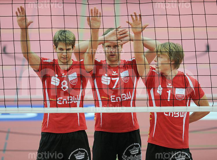 Volleyball 1. Bundesliga  Saison 2010/2011   15.10.2011 ENBW TV Rottenburg - CV Mitteldeutschland Felix Isaak (ENBW TV Rottenburg), Gergerly Chowanski (ENBW TV Rottenburg) und Dirk Mehlberg (v.li, ENBW TV Rottenburg) am Netz