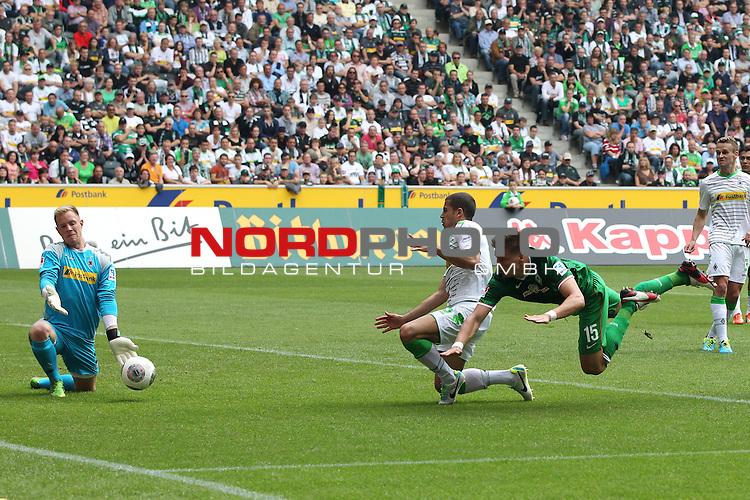 31.08.2013, Stadion im Borussia Park, Moenchengladbach, GER, 1.FBL, Borussia Moenchengladbach vs Werder Bremen, im Bild<br /> Sebastian Pr&ouml;dl (Bremen #15) (re.) k&ouml;pft gegen Marc-Andre ter Stegen (Torwart Moenchengladbach) und Alvaro Dominguez (Moenchengladbach #15)<br /> <br /> Foto &copy; nph / Mueller