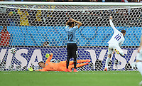 FUSSBALL WM 2014  VORRUNDE    GRUPPE D     Uruguay - England                     19.06.2014 Wayne Rooney (re, England) erzielt das 1:1. Martin Caceres (Mitte) und Torwart Fernando Muslera (am Boden, beide Uruguay) koennen nicht ausrichten