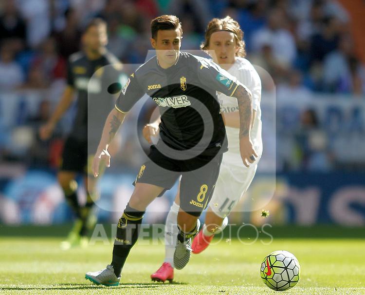 Real Madrid's Luka Modric (r) and Granada's Javi Marquez during La Liga match. September 19,2015. (ALTERPHOTOS/Acero)
