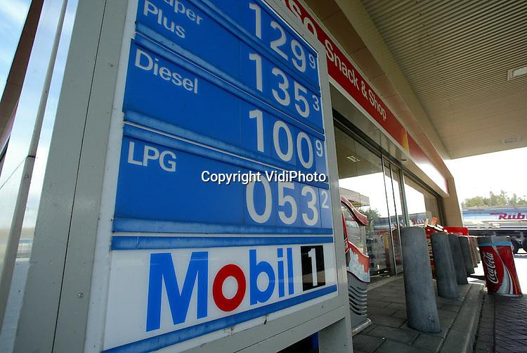 """Foto: VidiPhoto..DEN HAAG - De prijs van de autobrandstof diesel is dinsdag door de barrière van 1 euro gegaan. Nog nooit was diesel zo duur. Olieproducten zijn op dit moment duur door de hoge prijs van ruwe olie. Pomphouders drongen er dinsdag weer op aan het 'kwartje van Kok' terug te geven. Nederland indexeert de brandstofbelastingen en daarmee stevenen we volgens de Belangenvereniging Tankstations af op """"het failliet van Nederland""""."""