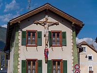 Haus mit Kreuz, Müstair im Val Müstair-Münstertal, Engadin, Graubünden, Schweiz, Europa<br /> house with crucifix in Müstair, Val Müstair-Münster Valley, Engadine, Grisons, Switzerland