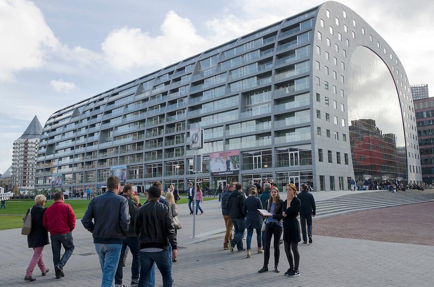 10okt2014<br /> De nieuwe markthal in Rotterdam, het publiek stroomt toe.<br /> (c)renee teunis