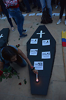 MEDELLIN - COLOMBIA, 06-07-2018: Miles de personas se congregaron en el Parque de los Deseos de la ciudad de Medellín, Colombia, hoy, 06 de junio de 2018 en una Velatón Nacional para rechazar categóricamente los asesinatos de líderes sociales en el país con el lema #NosEstánMatando. La Velatón Nacional se realiza en simultaneo en las plazas de las principales ciudades de Colombia. / Thousands of people gathered in the Los Deseos Park in Medellin, Colombia, today, June 6, 2018 in a National Velaton to categorically reject the assassinations of social leaders in the country with the slogan # NosEstanMatando. The National Velaton is carried out simultaneously in the squares of the main cities of Colombia.  Photo: VizzorImage / León Monsalve / Cont