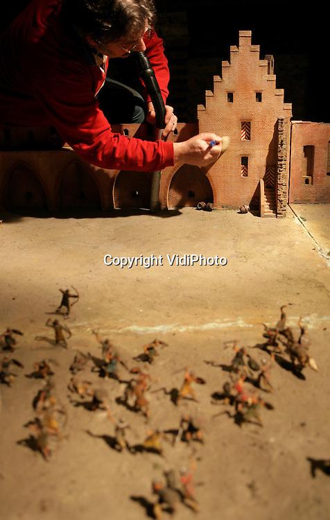Foto: VidiPhoto..DOORNENBURG - Maquettedeskundige Anton van de Water van het Legermuseum in Delft werkt op de zolder van kasteel Doornenburg aan de restauratie van een enorme maquette. Het schaalmodel van het Middeleeuwse kasteel Doornenburg is dringend aan een opknapbeurt toe en dat moet ter plaatse gebeuren. Het gevaarte is namelijk 25 vierkante meter groot en toont het kasteel zoals dat er in vroeger eeuwen uit zag. De restaurateur verwacht rond 17 april klaar te zijn.