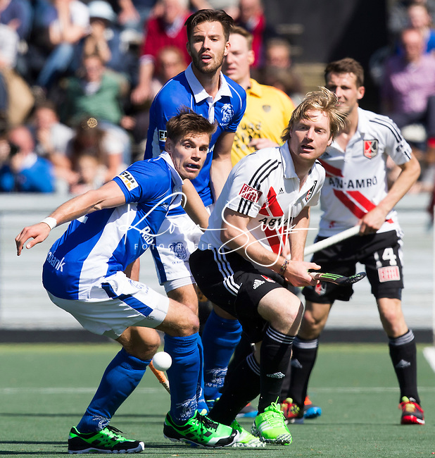 AMSTELVEEN -  Klaas Vermeulen (A'dam) met Sander de Wijn (l) van Kampong    tijdens de 3e en beslissende  halve finalewedstrijd in de Play offs tussen Amsterdam en  Kampong (3-1) .  COPYRIGHT KOEN SUYK