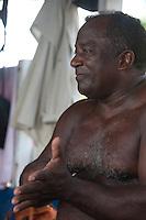 Conflitos e Pressão no território quilombola de Oriximiná <br /> <br /> As comunidades remanescentes do  quilombo de Oriximiná são formadas por 37 comunidades distribuídas em oito territórios, sendo que quatro deles são titulados, um está parcialmente titulado e três ainda esperam a titulação, sendo que esses últimos se encontram sobrepostos a áreas de conservação, o que dificulta o processo.  <br /> A titulação dessas terras quilombolas tem sido extremamente lenta, estando tramitando no INCRA e ITERPA desde inicio dos anos 2000. Existe no momento uma expectativa que isso mude, uma vez que em Fevereiro de 2015 o Tribunal Regional Federal da 1a Região em Santarém deu um prazo de 2 anos para que o governo federal conclua a titulação das terras do Alto Trombetas e em Maio de 2016 o TRF-1 confirmou essa decisão. No entanto, até Setembro de 2016 o cenário continua o mesmo.