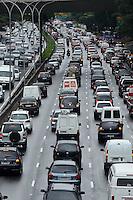 SAO PAULO, SP, 14 DE MAIO DE 2012 - TRANSITO SP - Transito na Avenida 23 de Maio no fim da tarde desta segunda feira, regiao sul da capital. FOTO: ALEXANDRE MOREIRA - BRAZIL PHOTO PRESS