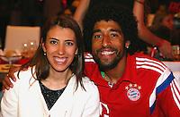 FUSSBALL  DFB POKAL FINALE  SAISON 2013/2014 Borussia Dortmund - FC Bayern Muenchen     17.05.2014 FC Bayern Bankett in der Telekom Zentrale;  Dante (re) umarmt seine Frau Jocelina