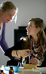 Foto: VidiPhoto..NIJMEGEN - Studenten van de hbo-opleiding Verpleegkunde aan de Hogeschool Arnhem-Nijmegen (HAN) krijgen vrijdag een laatste training in het vaccineren. Komende week worden ze ingezet bij de grootscheepse inenting tegen de Mexicaanse griep die in het hele land wordt gehouden. De meeste studenten hebben al ervaring met het geven van prikken, maar de technieken die volgende week worden gebruikt zijn net even anders dan ze gewend zijn.