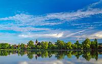 Deutschland, Bayern, Oberbayern, 5-Seen-Land, Wesslinger See, Wessling: mit Christ-Koenig-Kirche | Germany, Bavaria, Upper Bavaria, Lake Wessling, Wessling: village with Christ-King-Church
