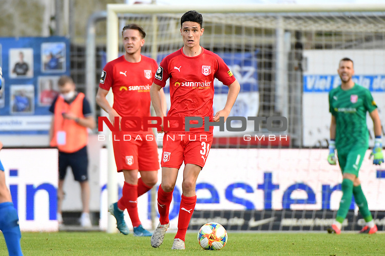12.06.2020, Hänsch-Arena, Meppen, GER, 3.FBL, SV Meppen vs. Hallescher FC, <br /> <br /> im Bild<br /> Niklas Landgraf (Hallescher FC, 31) am Ball.<br /> <br /> <br /> DFL REGULATIONS PROHIBIT ANY USE OF PHOTOGRAPHS AS IMAGE SEQUENCES AND/OR QUASI-VIDEO<br /> <br /> Foto © nordphoto / Paetzel