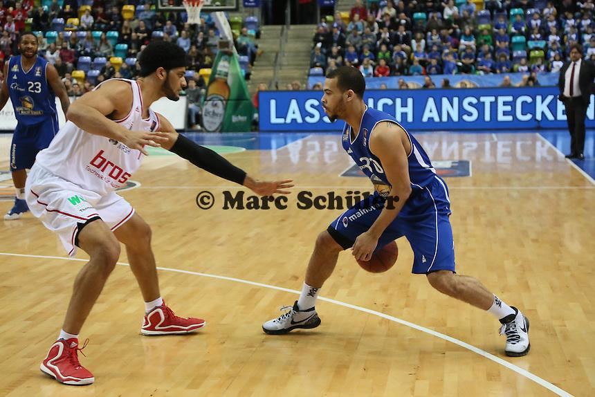 Justin Cobbs (Skyliners) gegen Josh Duncan (Bamberg) - Fraport Skyliners vs. Brose Baskets Bamberg, Fraport Arena Frankfurt