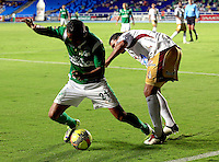 CALI -COLOMBIA-05-10-2013. Victor Giraldo (I) del Deportivo cali disputa el balón con Felix Noguera (D) del Tolima durante partido válido por la fecha 14 de la Liga Postobón II 2013 jugado en el estadio Pascual Guerrero de la ciudad de Cali./ Deportivo Cali player Victor Giraldo (L) fights for the ball with Tolima player Felix Noguera (R) during match valid for the 14th date of Postobon League II 2013 played at Pascual Guerrero stadium in  Cali city.Photo: VizzorImage/Juan C. Quintero/STR